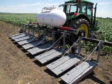 Llamarada de ocho filas con escudos a 30 grados del suelo en el borde del campo