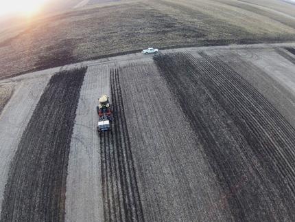 Vista aérea del equipo tractor y labranza en campo.