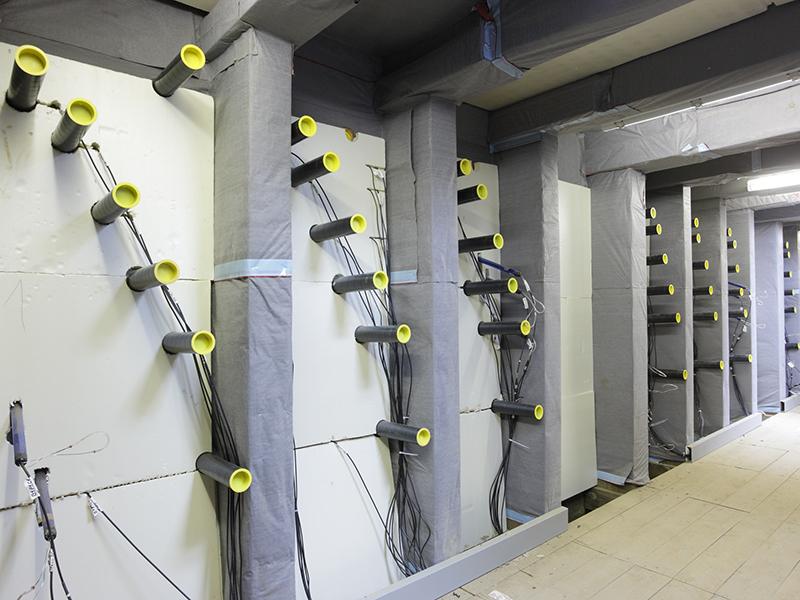 dentro de la instalación de mini rizotrón con tubos instalados en la pared de la zanja perpendicular