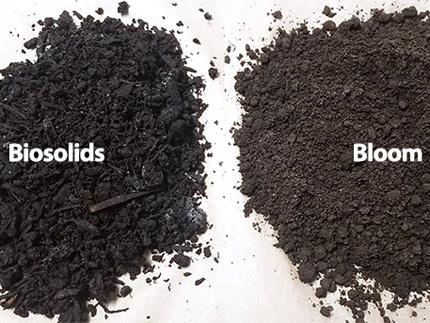 Biosólidos negros junto al producto de compost de floración marrón.
