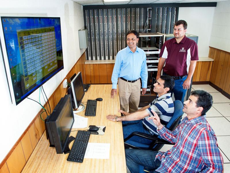 Grupo de hombres mirando la pantalla grande