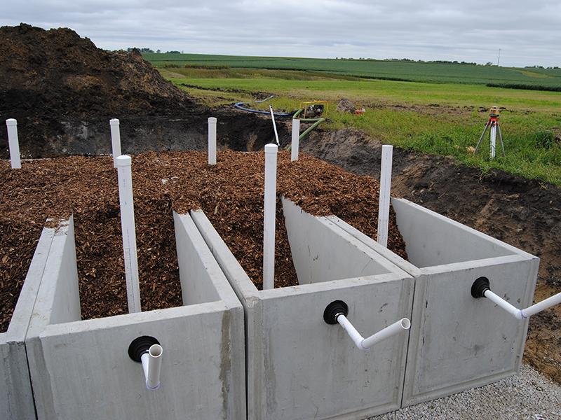 Las paredes de hormigón del biorreactor están llenas de virutas de madera y tubos de PVC para controlar el flujo de agua.
